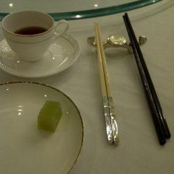 香港のレストランには箸が二つある