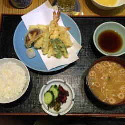日本人は日本人倶楽部へ日本食を食べに行く